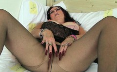 English milfs Raven and Zadi lower their tights