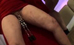 Marina zeigt ihre piercing Fotze im Supermarkt