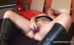 Slutty mature dildo fucking her starving pussy in bed