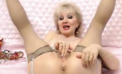 Mature granny on live cam fingering old pussy masturbating