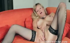 Mature babe loves to please her pussy