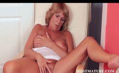Mature hottie pleases her sexy quim